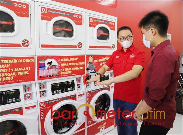 BISNIS LAUNDRY: Herlambang Prayatno, usai grand opening The Daily Wash Laundromart Menganti. | Foto: Barometerjatim.com/ROY HS