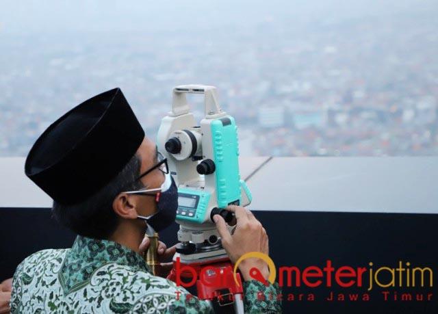 RUKYATUL HILAL: Muhibbin Zuhri, rukyatul hilal dari rooftop One Icon Residence, Tunjungan Plaza.   Foto: Barometerjatim.com/ROY HS