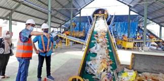 KELOLA DULU DI TPST: Sampah di Kabupaten Lamongan dikelola dulu di TPST sebelum dibawa ke TPA.   Foto: Barometerjatim.com/HAMIM ANWAR