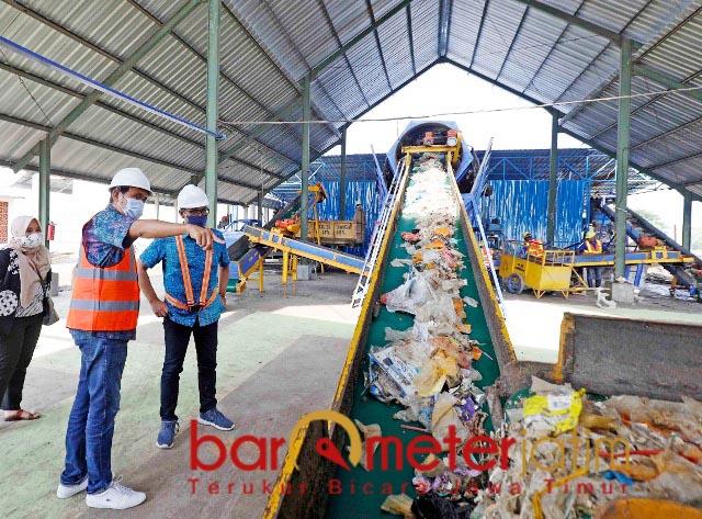 KELOLA DULU DI TPST: Sampah di Kabupaten Lamongan dikelola dulu di TPST sebelum dibawa ke TPA. | Foto: Barometerjatim.com/HAMIM ANWAR