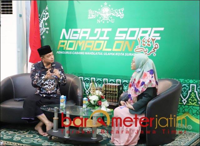 NGAJI SORE RAMADHAN: Gus Hans saat mengisi acara Ngaji Sore Ramadhan di HBNO TV PCNU Surabaya. | Foto: Barometerjatim.com/ROY HS