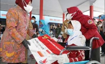 PENERIMA MANFAAT: Mensos Risma serahkan KKS di Balai Desa Kanigoro, Kecamatan Pagelaran, Kabupaten Malang. | Foto: IST