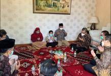 KEPEDULIAN GERINDRA: Ahmad Muzani dan rombongan kunjungi keluarga almarhum Firdaus Febrianto di Gresik. | Foto: IST