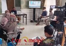 SINAU POLITIK: Anwar Sadad, hibahkan ilmu ke anak muda lewat sinau politik di kediamannya. | Foto: Barometerjatim.com/IST