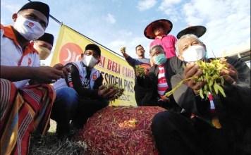 BORONG CABAI: Presiden PKS, Ahmad Syaikhu saat memborong cabai petani di Kabupaten Pamekasan.   Foto: Barometerjatim.com/IST