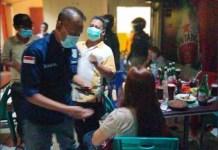 LANGGAR PROKES: Petugas amankan 22 karyawan dan 11 pengunjung saat penyegelan RHU. | Foto: Barometerjatim.com/IST