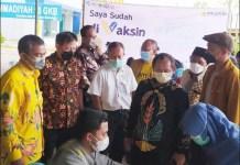 5.000 DOSIS: Sarmuji tinjau pelaksanaan vaksinasi 5.000 dosis di SMA Muhammadyah 10 Gresik.   Foto: Barometerjatim.com/IST