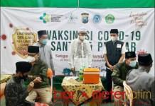 VAKSINASI: KH Miftakhul Akhyar meninjau pelaksanaan vaksinasi di Ponpes Miftachussunah.   Foto: Barometerjatim.com/IST