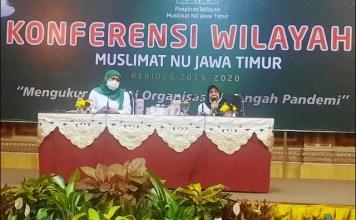 KONFERWIL: Ketum Muslimat NU, Khofifah Indar Parawansa (kiri) dan Masruroh Wahid di Konferwil Muslimat NU Jatim. | Foto: IST