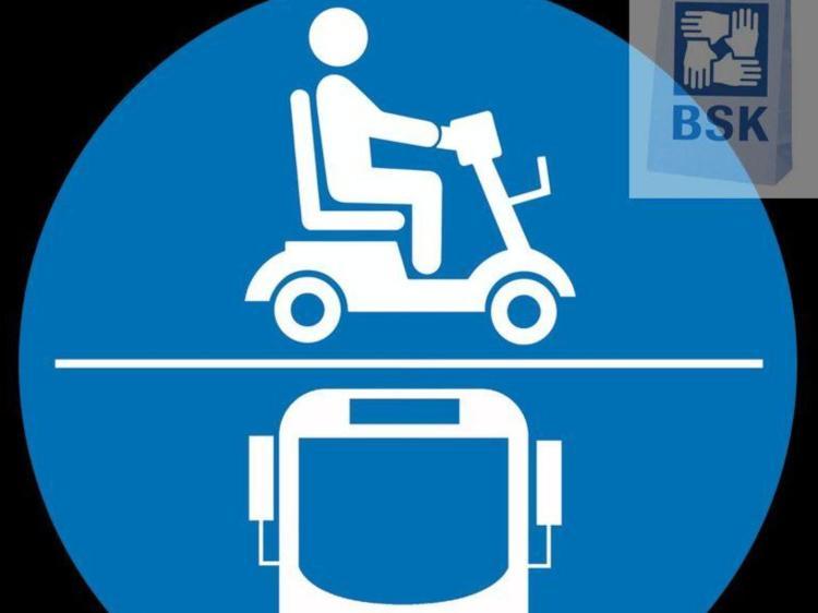 Hinweisaufkleber zur Mitnahme von E-Scootern in öffentlichen Bussen.