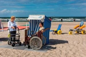 Strandkorb mit Rollstuhl und Rollator