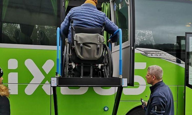 Einstieg mit Lift in den Flixbus