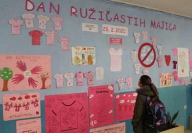 Učenici i učitelji u ružičastom