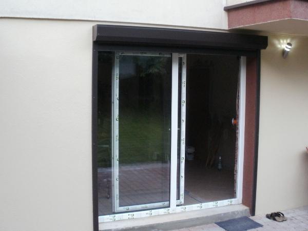 dom w gliwicach - wyjście tarasowe z roletą i oświetleniem