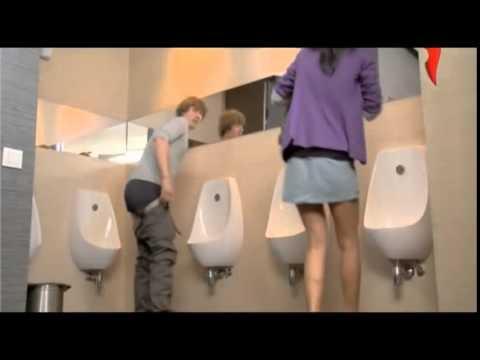 Barzellettenet Video Donna entra nel bagno degli uomini