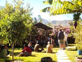 Pauze in de mooie tuin waar we les hadden
