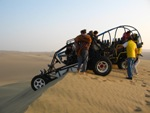 Met mad-max achtige buggys over de zandduinen rond Huacachina