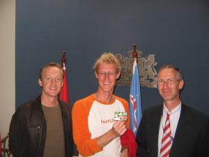 IMG_9686_JOEHOEEE_onze_creditcard_is_aangekomen_op_de_ambassade_Sander_Eelco_en_Gart_van_Leersum