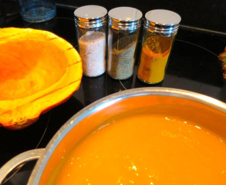 Verwarmende pompoensoep met kurkuma, peper en zout.