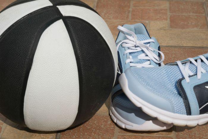 0fe54aad69d Under Armour Men s UA ClutchFit Drive II Basketball Shoes ...