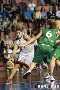 Christina Grima penetra a canestro contro Pescara, al termine della stagione 2012-'13 (foto Giuseppe Maugeri)