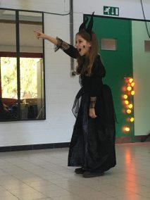 Enfant joyeuse déguisée joue au théâtre à Bas les Masques