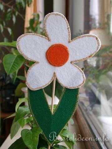 Kostenlose Bastelideen zum Fruehling  Blumenstecker aus Filz