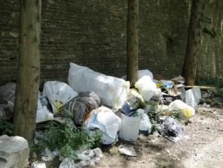 Abbandono ingiustificato dei rifiuti a Bastia, ai responsabili sanzioni di 100 Euro