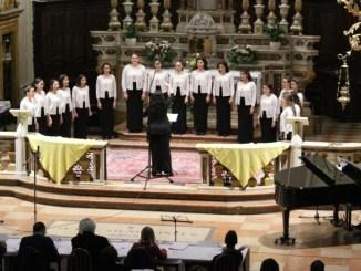 Garda in Coro, secondo posto per Coro Aurora di Bastia Umbra. Al pianoforte la corale era accompagnata da Cristina Capano e Lorenzo Rossi al Violino