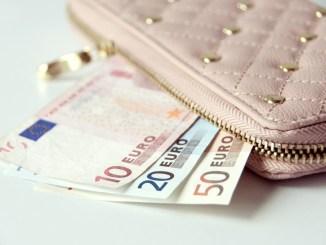 Trova portafoglio con quasi mille euro e lo restituisce