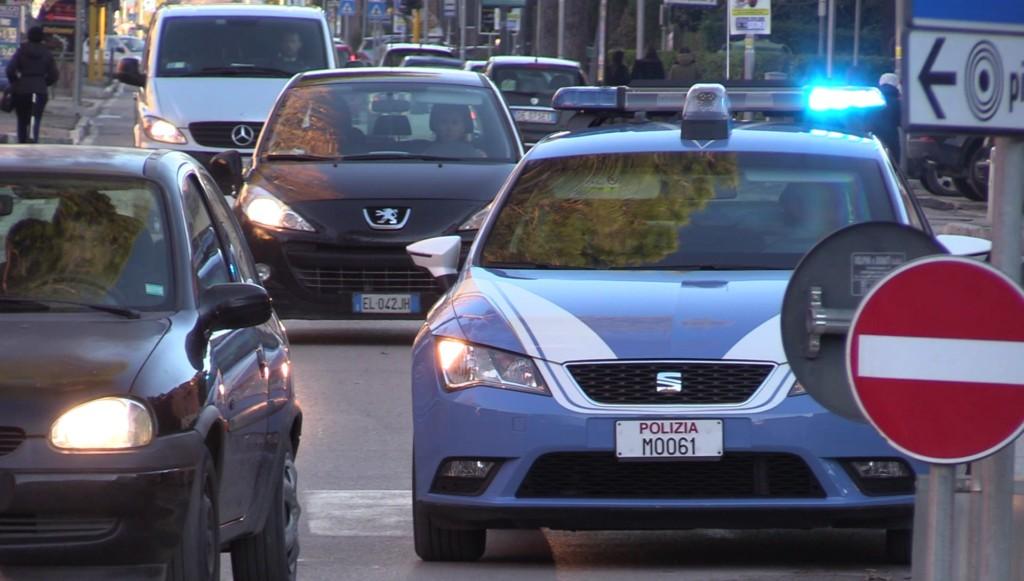 Polizia denuncia, per estorsione, un prostituta straniera, era salita nell'auto di un 70enne davanti alle poste