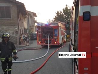 Esplosione a Bastia Umbra, vigile del fuoco salva tre anziani