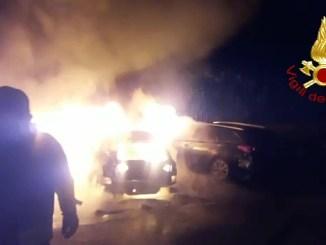 Incendio ed esplosione nella notte a Bastia Umbra, distrutte tre auto