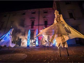 Spettacolo in piazza Mazzini a Bastia, danza aerea, trampolieri, ninfee, acrobazie, effetti speciali