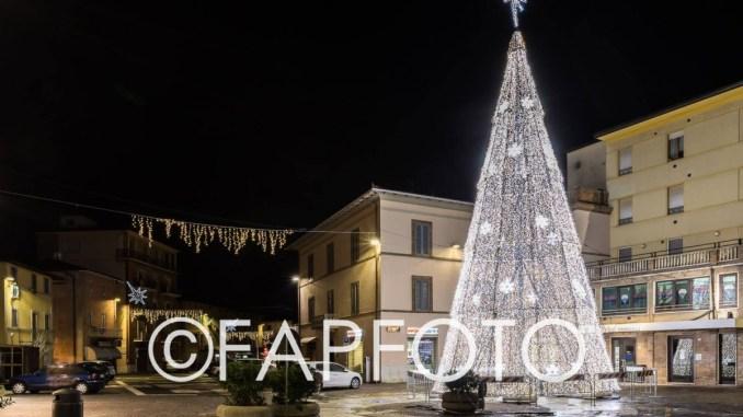Addobbi e Luminarie, montato in Piazza Mazzini il Grande Albero di Natale