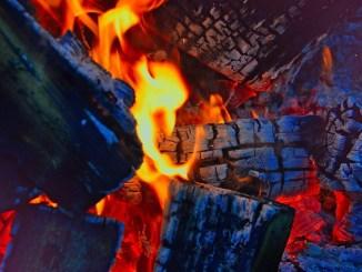 Costano festeggia la Venuta della Madonna davanti a fuoco, cibo, vino e olio