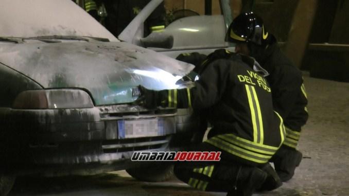 Paura a Bastia Umbra per l'incendio di un'auto in Piazza Mazzini