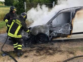 Incendio furgone a Costano di Bastia Umbra, nessun ferito