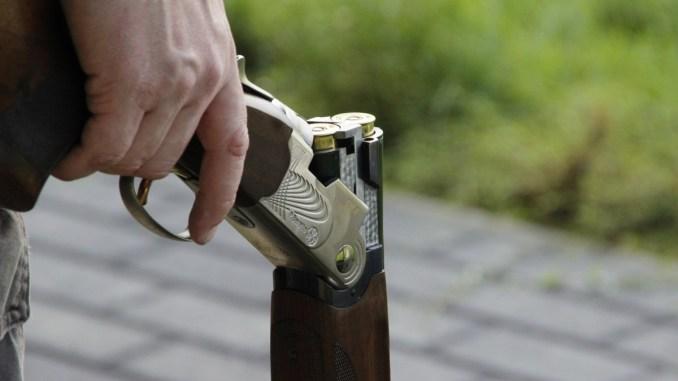 Spara ai piccioni del fiume Chiascio con il fucile, procurato allarme, denunciato
