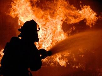 Incendio scoppia in un campo a San Lorenzo, rotoballe prendono a fuoco
