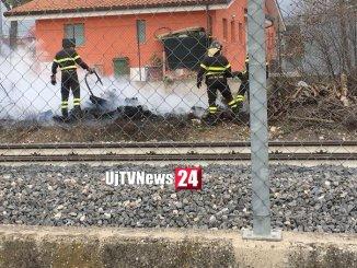Incendio sui binari della ferrovia a Bastia Umbra, fiamme lungo via Irlanda