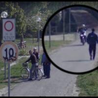 Motociclisti maleducati lungo la stradina del percorso verde