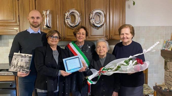 Buon compleanno Antonietta, ha cento anni e allora cento di questi giorni!