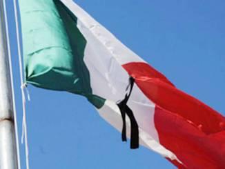 Bandiere a mezz'asta e un minuto di silenzio, lutto per morti covid-19