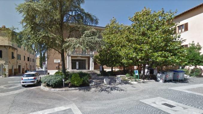 Pd, abbattimento alberi di fronte sede del Comune di Bastia