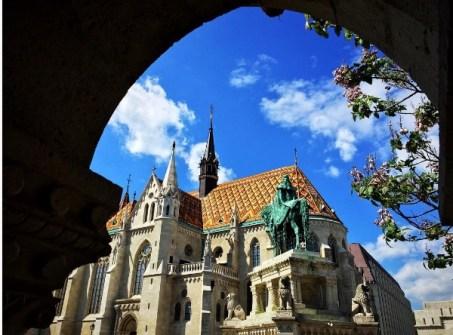 Boedapest heeft veel kerken, de Mátyás-Templom is ook de moeite waard voor een bezoek. Het op het mooie dak!