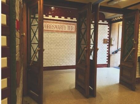 Metro station Vörösmarty tér stamt uit 1896.