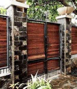 Pagar Tembok Rumah Minimalis Type 36 batu kayu