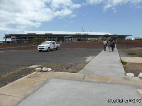国内線旅客機を降りて、Seymour空港建物へと歩く