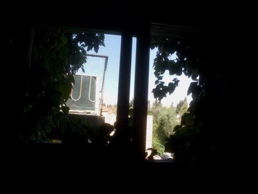 מבט מתוך חדר המדרגות, הנוף מצטמצם.